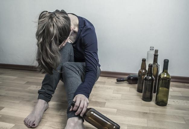 mujer-borracha-botella-vino-chica-depresiva-alcoholicos_8119-1258